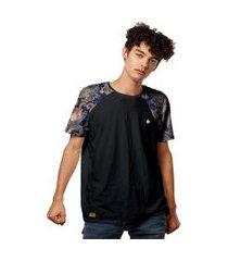 camiseta raglan com manga estampada estilo bordado retrô
