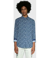 camisa desigual estampada azul - calce regular