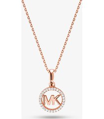 mk collana con ciondolo con logo e placcatura in metallo prezioso e pavé - oro rosa (oro rosa) - michael kors