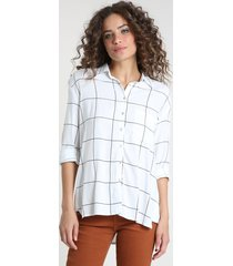 camisa feminina ampla estampada quadriculada com bolso manga longa branca