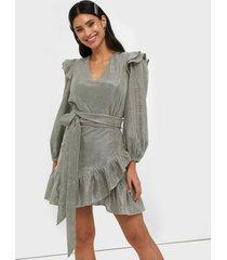 adoore belted ruffle dress fodralklänningar