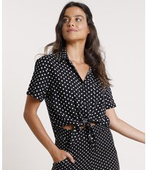 camisa feminina cropped estampada de poá com nó e bolso manga curta preta
