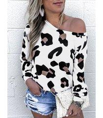 camiseta blanca de manga larga con estampado de leopardo redondo cuello