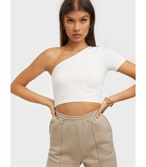nly trend one shoulder crop tee t-shirts