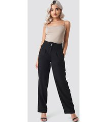 na-kd trend pleated buttoned suit pants - black