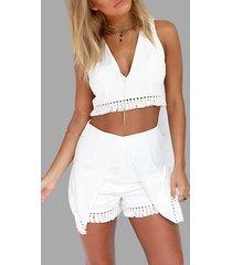pantalones cortos blancos con cuello de pico y detalle superpuesto de conjunto con ribete de borlas