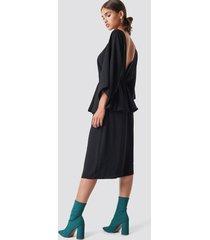 na-kd party deep back frill midi dress - black