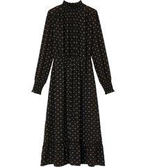 lång, mönstrad klänning med ståkrage och lång ärm