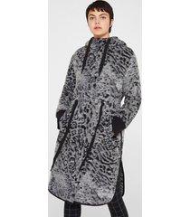 abrigo animal print  gris esprit