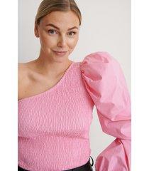 na-kd party topp med en axel och puffärm - pink