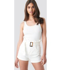 na-kd belted denim shorts - white