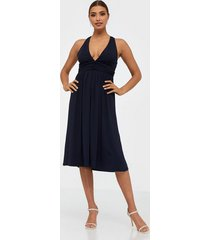 nly trend cross back drapy dress skater dresses