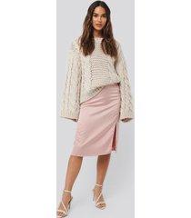 na-kd trend front slit satin skirt - pink