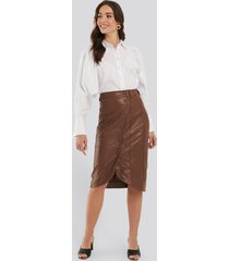 na-kd faux leather wrap skirt - brown