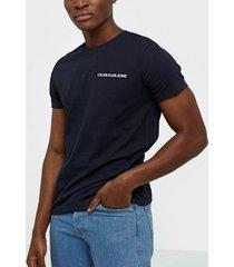calvin klein jeans chest institutional slim tee t-shirts & linnen blå