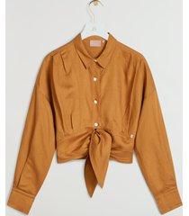 de josh v ainoa blouse in de kleur amber is gemaakt van van een zomerse linnenblend. de pasvorm van de blouse is losvallend en cropped. door middel van de striksluiting aan de voorzijde van de blouse kun je extra taille creëren. combineer de blouse met de josh v dahlia shorts en watson slippers voor een beachy look. de josh v ainoa blouse is verkrijgbaar in de kleuren whisper white en amber.