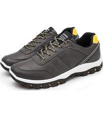 le scarpe da tennis chiare puro di colore degli uomini piantano piattaforma sportiva casuale di sport