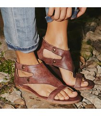 sandali piatti con rivetti