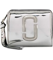 marc jacobs the snapshot mirrored mini compact wallet - silver