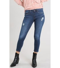 calça jeans feminina cropped com rasgos azul escuro