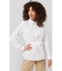 na-kd trend belted shirt - white