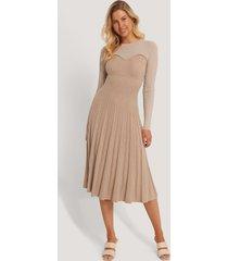 na-kd trend stickad klänning med struktur - beige