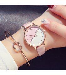 le donne semplici d'avanguardia guardano l'orologio di cuoio di svago dell'orologio impermeabile del quarzo