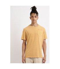 "camiseta masculina aqui tem amor"" com bolso manga curta gola careca amarela"""