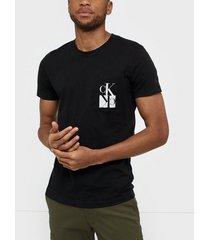 calvin klein jeans mirrored monogram pkt slim tee t-shirts & linnen svart