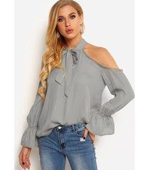 blusas grises con hombros descubiertos y lazo delantero liso con detalles huecos