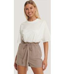 kim feenstra x na-kd shorts med hög midja och smalt bälte - brown