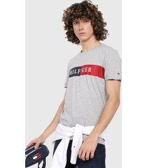 camiseta gris-azul-rojo tommy hilfiger