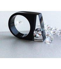 czarny pierścionek z żywicy z cyrkonią