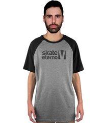 camiseta manga curta raglan skate eterno xadrez cinza/preto - kanui