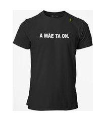 camiseta t-shirt jon cotre frase a mãe ta on - preto
