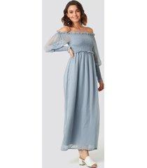 na-kd trend off shoulder smock chiffon dress - blue