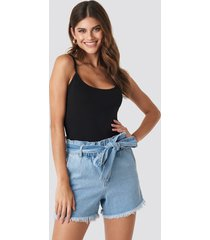 hannalicious x na-kd paperwaist tied waist denim shorts - blue