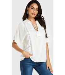 yoins blusa blanca con cuello de pico y encaje de crochet adornado