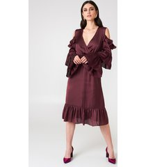 na-kd party cold shoulder ruffle midi dress - red,purple