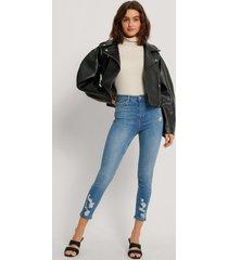 na-kd reborn ekologiska skinny jeans i ekologisk bomull med sliten fåll - blue