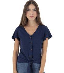 camiseta azul anudada con botones de pasta flashy
