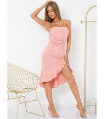 yoins vestido a media pierna de tubo sin tirantes con diseño de torsión y dobladillo con volantes sin espalda en rosa
