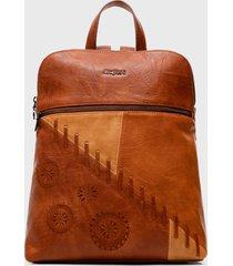 mochila marrón desigual