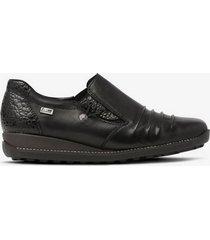 skor med blanka detaljer