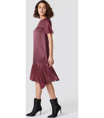 emilie briting x na-kd pinstripe satin dress - red