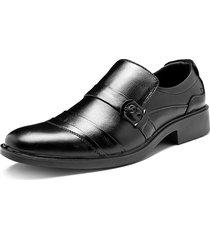 la fibbia in metallo a punta di uomo infila scarpe da lavoro