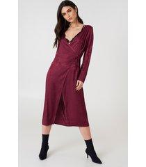 na-kd boho wrapped jacquard satin dress - burgundy