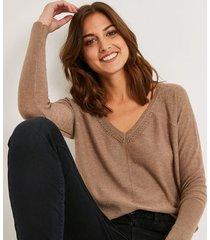 sweter z dekoltem v