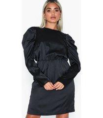 vero moda vmsalina l/s pleat short dress exp långärmade klänningar svart