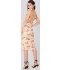 na-kd open back shift midi dress - multicolor